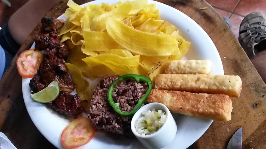 gallo pinto (arroz y frijoles), plátanos fritos, bastones de muzarela, cerdo frito y pico de gallo