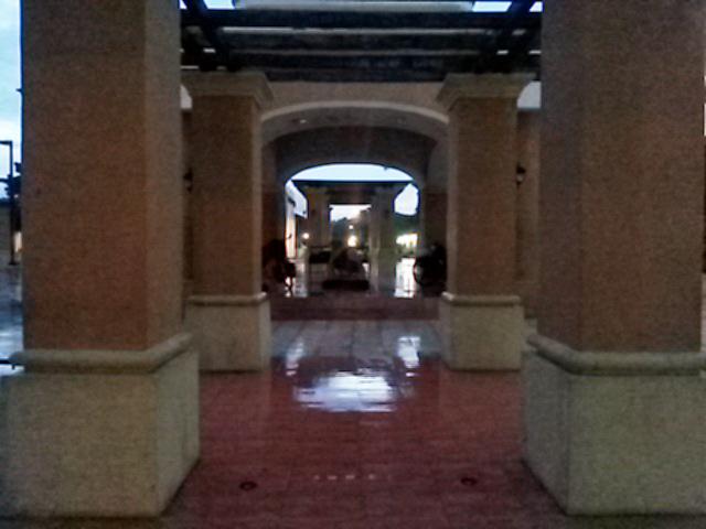Nuestra carpa en el fondo, en el centro de la plaza