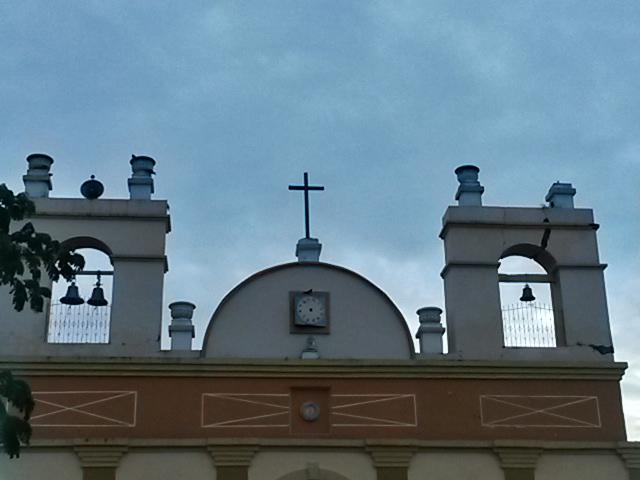 En la torre superior derecha se puede ver las marcas del terremoto de octubre de 2014