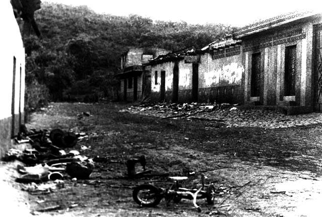 Una calle de El Mozote después de la incursión militar que ejecutó la masacre en 1982  Foto por cortesía de Museo de la Palabra y la Imagen. copy