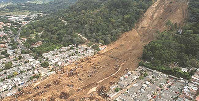 foto: http://archivo.elsalvador.com/vertice/2003/120103/deportada.html
